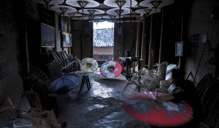 看到一家手工制作油纸伞的